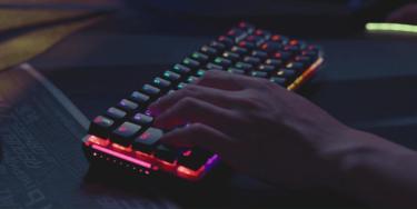 【ROG Falchion】ASUS製 68キーの小型ワイヤレスゲーミングキーボードを発表